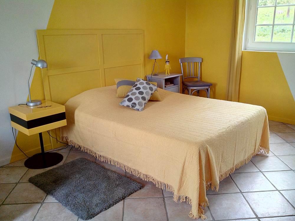 A la source Normande : la chambre jaune, le lit de 2 personnes